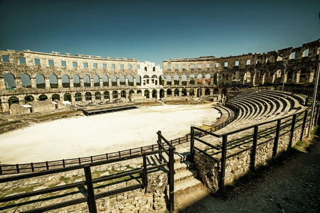 The Pula Arena is the famous Roman amphitheater in Pula, Istria, Croatia, Europe. It was constructed in 27 BC–68 AD. 版權商用圖片 - 121682468