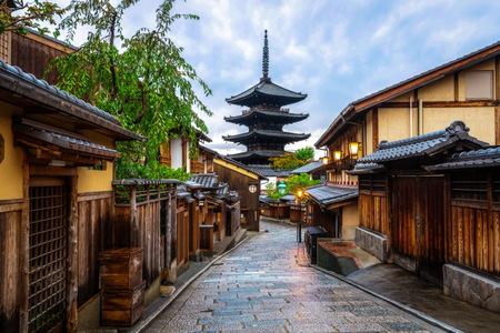 Schöner Morgen an der Yasaka-Pagode und an der Sannen-Zaka-Straße im Sommer, Kyoto, Japan. Die Yasaka-Pagode ist das berühmte Wahrzeichen und Reiseattraktion von Kyoto.