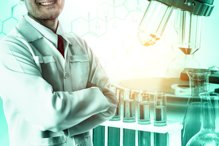 연구 및 개발 개념입니다. 의학 연구를 위한 실험실의 미생물학 및 화학을 위한 과학 및 의학 실험실 기기, 현미경, 시험관, 유리 플라스크의 이중 노출 이미지. 스톡 콘텐츠