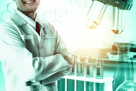 Onderzoeks- en ontwikkelingsconcept. Dubbel blootstellingsbeeld van wetenschappelijk en medisch laboratoriuminstrument, microscoop, reageerbuis en glaskolf voor microbiologie en chemie in laboratorium voor geneeskundestudie. Stockfoto
