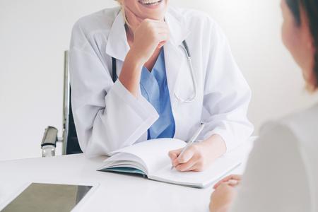 Patientin besucht Ärztin oder Gynäkologin während der gynäkologischen Untersuchung im Büro im Krankenhaus. Gynäkologische Gesundheitsversorgung und medizinischer Dienst. Standard-Bild