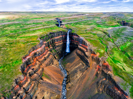 Aerial view Icelandic summer landscape of the Aldeyjarfoss waterfall in north Iceland. The waterfall is situated in the northern part of the Sprengisandur Road within the Highlands of Iceland. 版權商用圖片 - 124824051