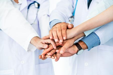 Groupe de personnes de la santé. Médecin professionnel travaillant dans un bureau d'hôpital ou une clinique avec d'autres médecins, infirmière et chirurgien. Institut de recherche en technologie médicale et concept de service du personnel médical. Banque d'images