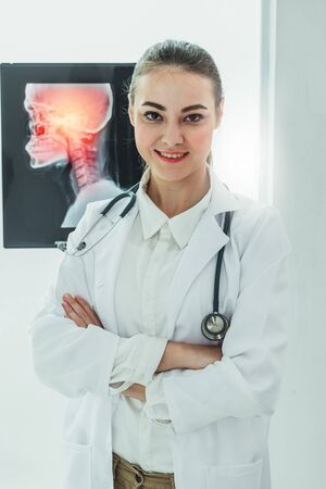 Female doctor working with x ray film of patient head and diagnose skull injury. Medical and healthcare staff service concept. 스톡 콘텐츠