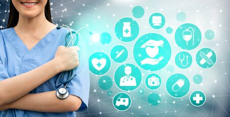 Medical Healthcare Concept - Doctor in hospital with digital medical icons graphic banner showing symbol of medicine, medical care people, emergency service network, doctor data of patient health. 写真素材 - 129747740