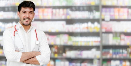 Young male pharmacist working at the pharmacy. Medical healthcare and pharmaceutical service. Banque d'images