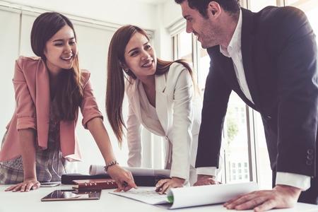 Zakenman is in gesprek met collega zakenvrouwen in moderne werkplek kantoor. Mensen zakelijk team bedrijfsconcept.