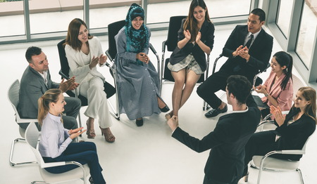 Donne d'affari e uomini d'affari che partecipano alla conferenza di riunione di gruppo nella stanza dell'ufficio. Concetto di squadra di affari corporativi.