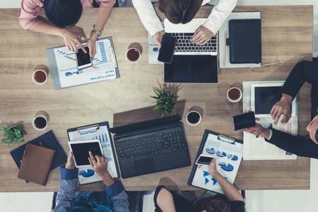 Vista superior del ejecutivo de negocios en reunión de grupo con otros empresarios y empresarias en la oficina moderna con computadora portátil, café y documento en la mesa. Concepto de equipo de negocios corporativos de personas.
