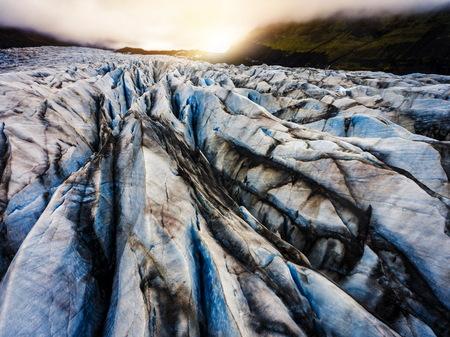 Vista aérea del paisaje hermoso paisaje del glaciar Svinafellsjokull en el Parque Nacional Vatnajokull en Islandia.