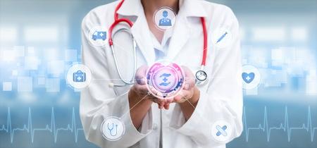 Concepto de atención médica: médico en el hospital con banner gráfico de iconos médicos digitales que muestra el símbolo de la medicina, personas de atención médica, red de servicios de emergencia, datos médicos de la salud del paciente.