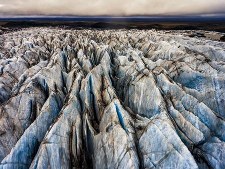 Vue aérienne de beaux paysages paysage du glacier Svinafellsjokull dans le parc national du Vatnajokull en Islande.