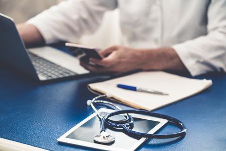 Doctor que trabaja en la oficina del hospital. Concepto de salud médica.