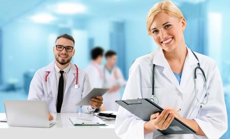 Lekarze w szpitalu współpracujący z partnerem. Opieka medyczna i usługi lekarskie.