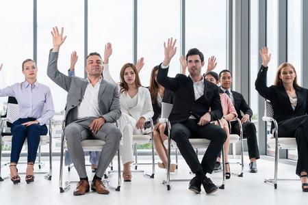 Zakenvrouwen en zakenlieden die een groepsvergadering bijwonen in de kantoorruimte. Zakelijk team bedrijfsconcept.