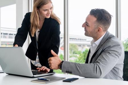 L'exécutif de l'homme d'affaires est en discussion avec une femme d'affaires dans un bureau de travail moderne. Concept d'équipe d'entreprise de personnes.