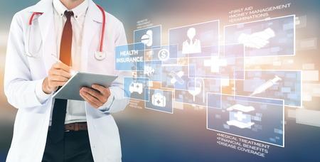 Concepto de seguro de salud: médico en el hospital con una interfaz gráfica de icono relacionado con el seguro de salud que muestra a las personas de la salud, la planificación del dinero, la gestión de riesgos, el tratamiento médico y el beneficio de la cobertura.