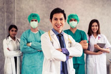 Grupo de personas sanitarias. Médico profesional que trabaja en la oficina del hospital o clínica con otros médicos, enfermeras y cirujanos. Instituto de investigación de tecnología médica y concepto de servicio de personal médico. - imagen