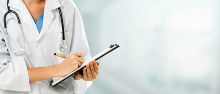 Kobieta lekarz pracuje w biurze szpitala. Opieka medyczna i obsługa personelu lekarskiego. Zdjęcie Seryjne