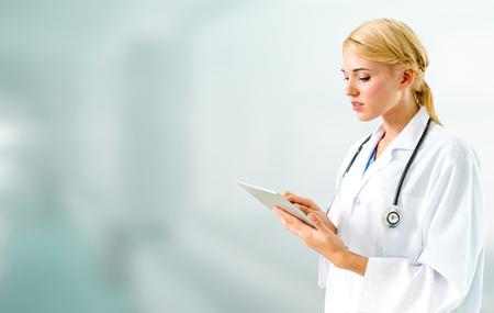 Medico che utilizza computer tablet in ospedale. Servizio medico sanitario e personale medico.