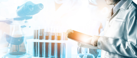 Concept de recherche et développement. Image à double exposition d'un instrument de laboratoire scientifique et médical, d'un microscope, d'un tube à essai et d'un flacon en verre pour la microbiologie et la chimie en laboratoire pour l'étude de la médecine.