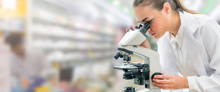 Ricercatore scienziato che utilizza microscopio in laboratorio. Tecnologia sanitaria medica e concetto di ricerca e sviluppo farmaceutico. Archivio Fotografico
