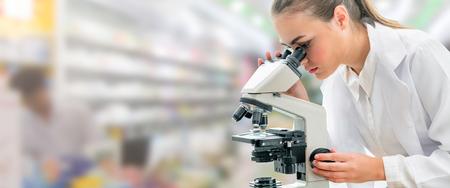 Wissenschaftlerforscher mit Mikroskop im Labor. Medizinisches Gesundheitstechnologie- und pharmazeutisches Forschungs- und Entwicklungskonzept. Standard-Bild