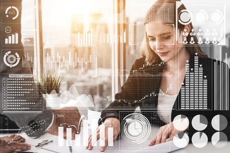 Tecnología de Big Data para el concepto analítico de finanzas empresariales. La interfaz gráfica moderna muestra información masiva del informe de ventas comerciales, el gráfico de ganancias y el análisis de tendencias del mercado de valores en el monitor de pantalla.