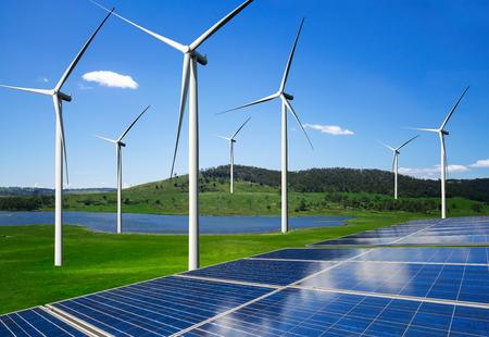 La célula fotovoltaica del panel de energía solar y el generador de energía de la granja de la turbina eólica en el paisaje de la naturaleza para la producción de energía verde renovable es una industria amigable. Concepto de desarrollo limpio y sostenible.