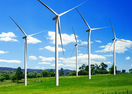 Generator elektrowni wiatrowej w pięknym krajobrazie przyrody do produkcji odnawialnej zielonej energii jest przemysłem przyjaznym dla środowiska. Koncepcja technologii zrównoważonego rozwoju.