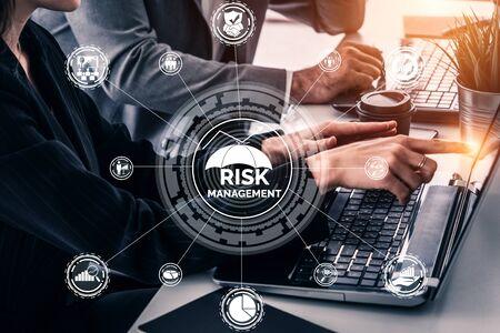 Risicobeheer en beoordeling voor bedrijfsinvesteringsconcept. Moderne grafische interface met symbolen van strategie in risicovolle plananalyse om onvoorspelbaar verlies te beheersen en financiële veiligheid op te bouwen. Stockfoto