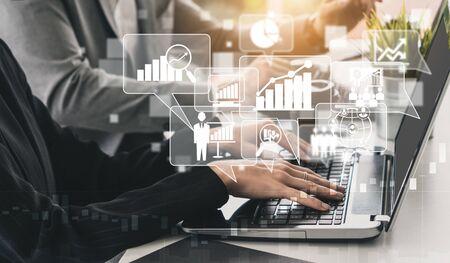 Análisis de datos para el concepto empresarial y financiero. Interfaz gráfica que muestra la tecnología informática futura de análisis de beneficios, investigación de marketing en línea e informe de información para la estrategia empresarial digital. Foto de archivo