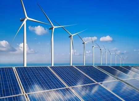 La célula fotovoltaica del panel de energía solar y el generador de energía de la granja de la turbina eólica en el paisaje de la naturaleza para la producción de energía verde renovable es una industria amigable. Concepto de desarrollo limpio y sostenible. Foto de archivo