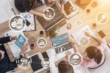 Indicador clave de rendimiento de KPI para el concepto empresarial: interfaz gráfica moderna que muestra símbolos de evaluación de objetivos de trabajo y números analíticos para la gestión de KPI de marketing.