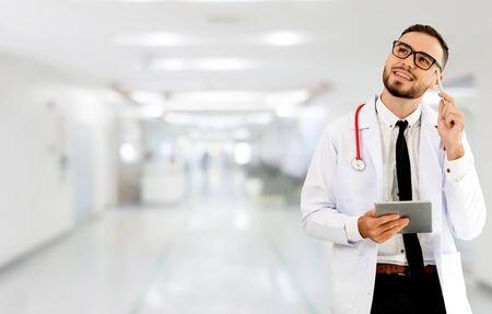 Arts die tabletcomputer gebruikt in het ziekenhuis. Medische gezondheidszorg en dokterspersoneel.