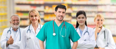 Gezondheidszorg mensen groep. Professionele arts die in het ziekenhuiskantoor of de kliniek werkt met andere artsen, verpleegkundige en chirurg. Medische technologie onderzoeksinstituut en arts personeel dienstverleningsconcept.