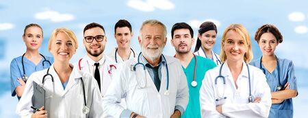 의료 사람들 그룹입니다. 병원 사무실이나 진료소에서 다른 의사, 간호사, 외과 의사와 함께 일하는 전문 의사. 의료 기술 연구 기관 및 의사 직원 서비스 개념.