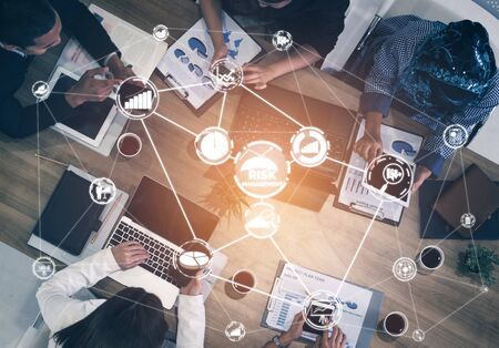 Gestion et évaluation des risques pour le concept d'investissement des entreprises. Interface graphique moderne montrant des symboles de stratégie dans l'analyse de plan risqué pour contrôler les pertes imprévisibles et renforcer la sécurité financière.