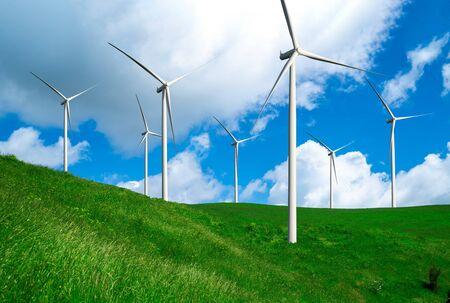 Generator elektrowni wiatrowej w pięknym krajobrazie przyrody do produkcji odnawialnej zielonej energii jest przemysłem przyjaznym dla środowiska. Koncepcja technologii zrównoważonego rozwoju. Zdjęcie Seryjne