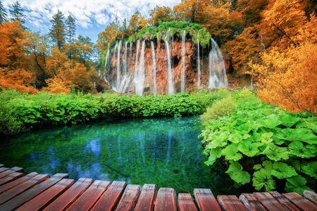 Schöner Holzpfad für Naturtrekking mit Seen und Wasserfalllandschaft im Nationalpark Plitvicer Seen Standard-Bild