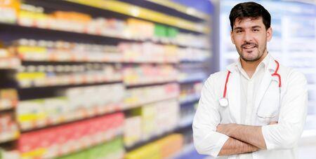 Farmacéutico de sexo masculino joven que trabaja en la farmacia. Servicio médico sanitario y farmacéutico. Foto de archivo