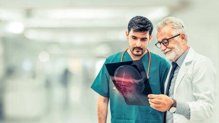 Médicos en el hospital que trabajan con otro médico. Concepto de servicios de salud y médicos. Foto de archivo