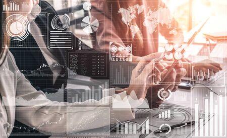 Big Data-Technologie für das analytische Konzept der Geschäftsfinanzen. Die moderne grafische Benutzeroberfläche zeigt umfangreiche Informationen zu Geschäftsverkaufsberichten, Gewinndiagrammen und Börsentrendanalysen auf dem Bildschirm an. Standard-Bild