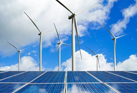 Solarenergie-Panel-Photovoltaikzelle und Windturbinenpark-Stromgenerator in der Naturlandschaft zur Erzeugung erneuerbarer grüner Energie ist eine freundliche Industrie Sauberes Konzept für nachhaltige Entwicklung.