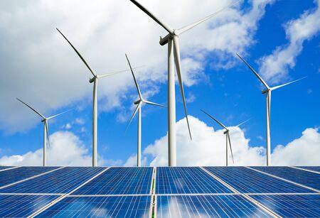 Zonne-energiepaneel fotovoltaïsche cel en windturbineboerderij stroomgenerator in natuurlandschap voor de productie van hernieuwbare groene energie is een vriendelijke industrie. Schoon duurzaam ontwikkelingsconcept.