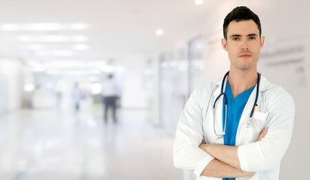 Jonge mannelijke arts die in het ziekenhuis werkt. Medische gezondheidszorg en dokterspersoneel.