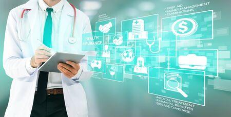 Krankenversicherungskonzept - Arzt im Krankenhaus mit krankenversicherungsbezogener grafischer Benutzeroberfläche, die Gesundheitspersonal, Geldplanung, Risikomanagement, medizinische Behandlung und Deckungsleistung zeigt.