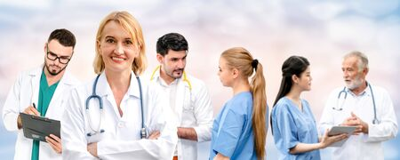Gruppo di persone sanitarie. Medico professionista che lavora nell'ufficio o nella clinica dell'ospedale con altri medici, infermieri e chirurghi. Istituto di ricerca sulla tecnologia medica e concetto di servizio del personale medico.