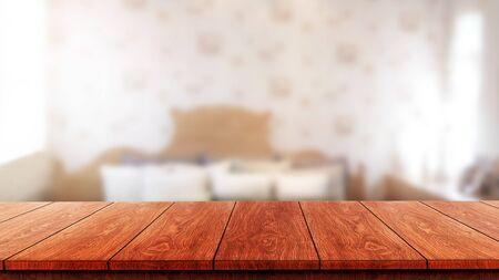 Holztisch im modernen Wohnzimmer mit leerem Kopienraum auf dem Tisch für Produktpräsentationsmodelle. Möbeldesign und Wohndekorationskonzept. Standard-Bild