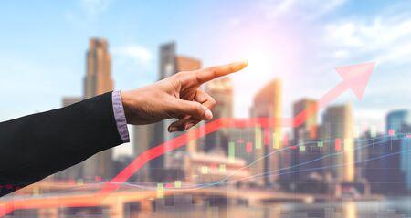 Immagine a doppia esposizione di affari e finanza - uomo d'affari con report grafico in avanti per la crescita del profitto finanziario degli investimenti nel mercato azionario.